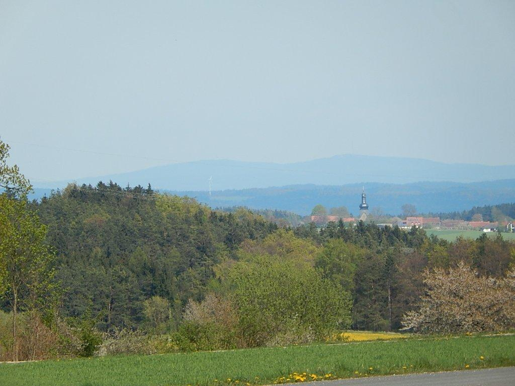 The view from Tiefenpölz extends as far as Ochsenkopf mountain in the Fichtelgebirge.